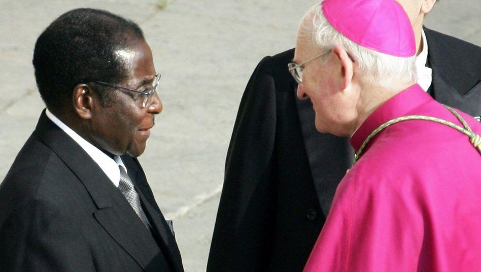 Freundliche Begrüßung: 2005 reiste Mugabe zur Beerdigung von Papst Johannes Paul II.