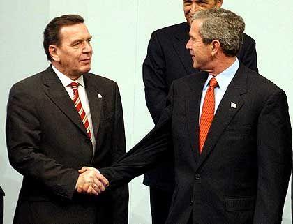 Bush und Schröder auf dem Nato-Gipfel in Prag (2002): Beginnt bald das Tauwetter?