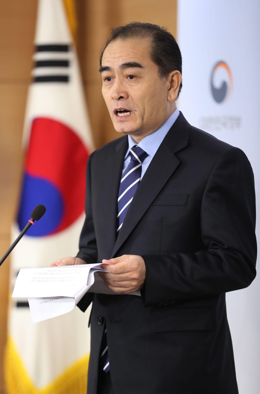 Defected North Korean diplomat meets press