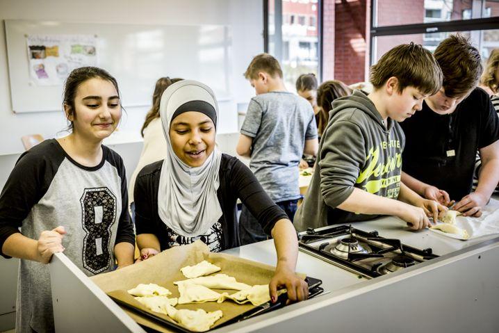 """Schüler der Gesamtschule Barmen in der AG """"Orientalisches Kochen"""""""
