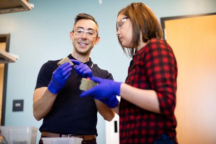 Forscher bei der Arbeit: Die Wissenschaftler erzeugten Bausteine mithilfe von Bakterien