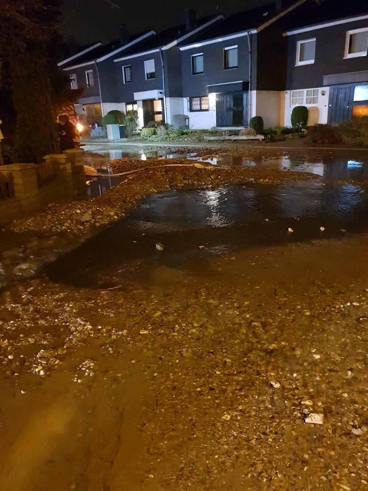 EINMALIGE VERWENDUNG Rohrbruch im Ruhrgebiet - Hunderttausende kurzzeitig ohne Wasser