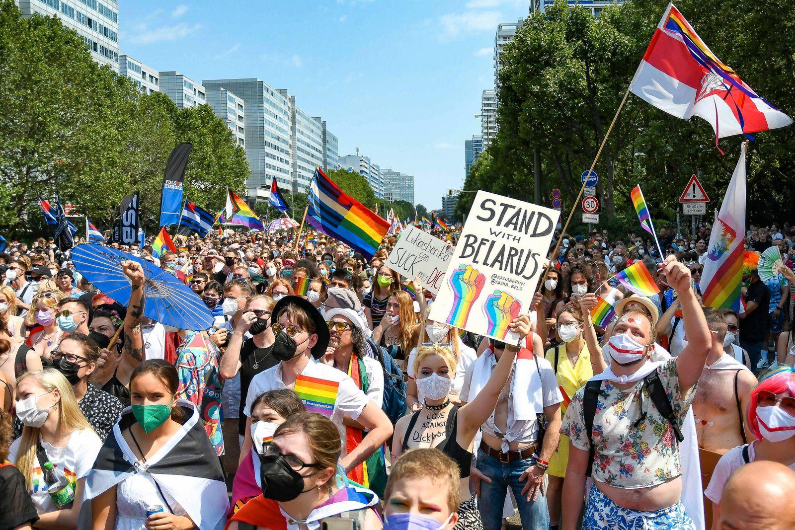 24.07.2021, xlakx, Vermischtes, Christopher Street Day in Berlin emspor, v.l.Tausende Teilnehmer ziehen durch die Straß