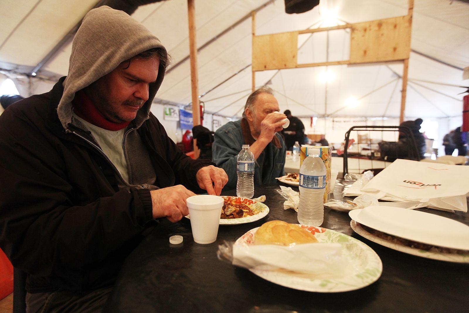 Sturmopfer in einem Aufwärmzelt im New Yorker Stadtteil Queens: