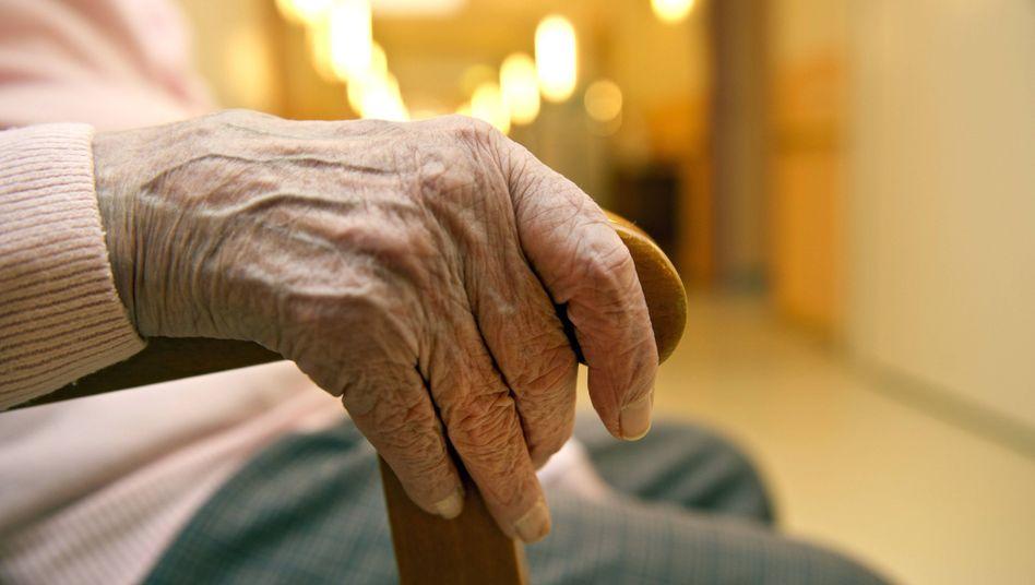 Seniorin in einem Berliner Altenheim