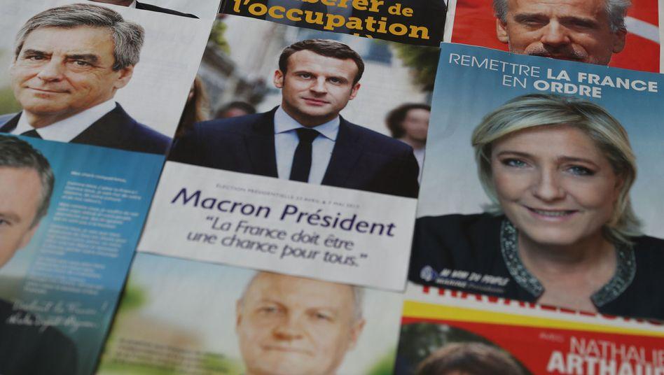 Wahlunterlagen der Präsidentschaftskandidaten Fillon, Macron und Le Pen