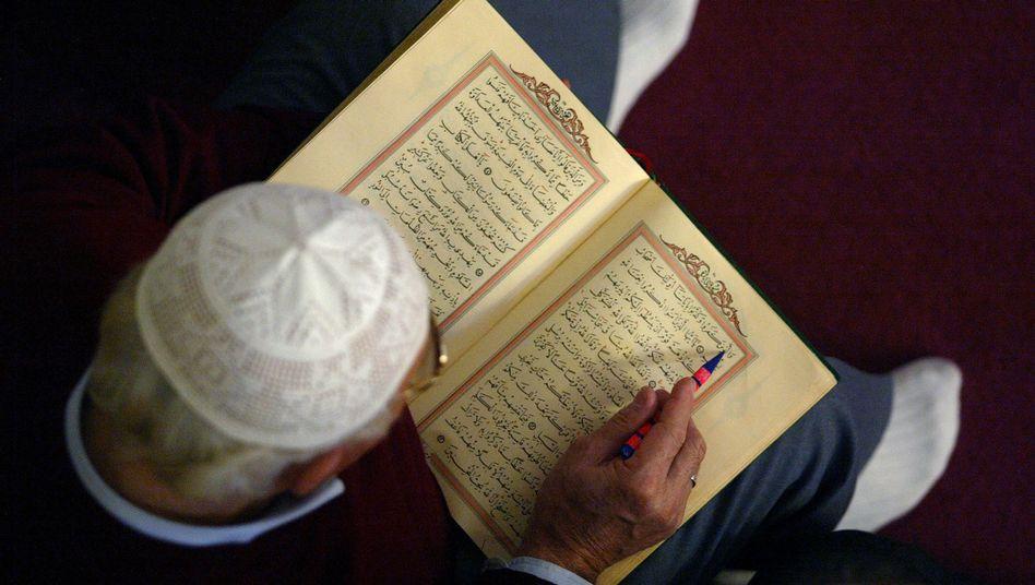 """Gläubiger liest in einer Mannheimer Moschee im Koran: """"Klares Signal senden"""""""