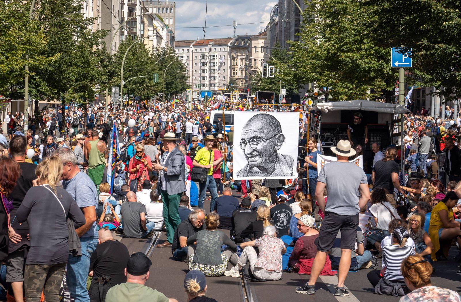 29.08.2020,Berlin,Deutschland,GER,Protestdemo der Corona Gegner.Friedrichstra?e.Bildnis von Gandhi. *** 29 08 2020,Berl