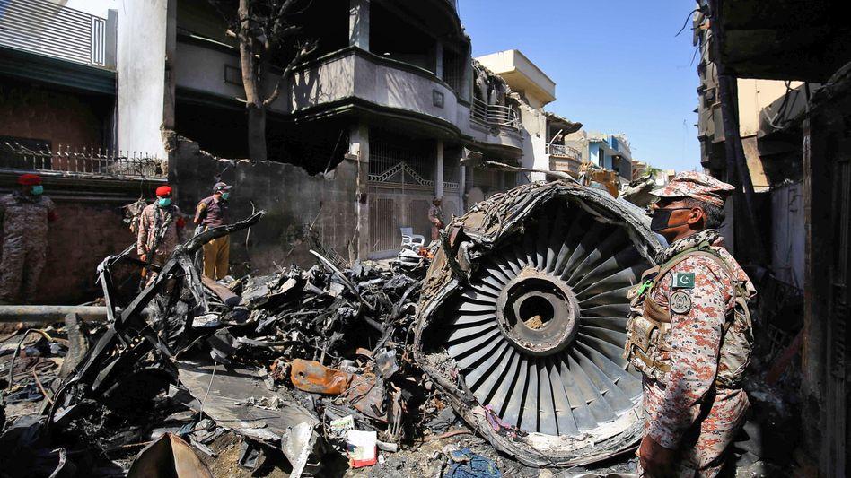 """Absturzstelle in Karatschi am 22. Mai: """"Wir werden dafür sorgen, dass unqualifizierte Piloten nie wieder Flugzeuge fliegen"""""""