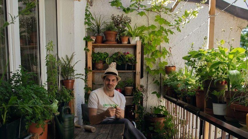 Stadtbotaniker Biologe Gardt liebt Duft und Geschmack seiner Erntefrüchte. Mitten in München hegt und pflegt er 80 bis 100 Arten von Kräutern und Kleingemüse. Setzlinge und Samen bringt er auch von seinen Reisen mit.