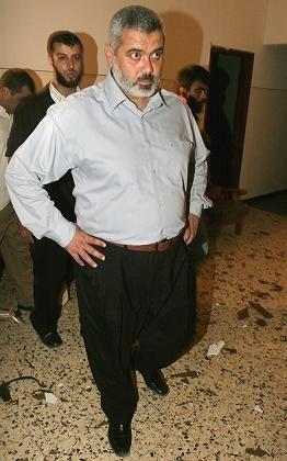 Palästinenser-Premier Hanija in seinem beschädigten Büro: Ein Angriff auf die Regierungsfähigkeit von Hamas
