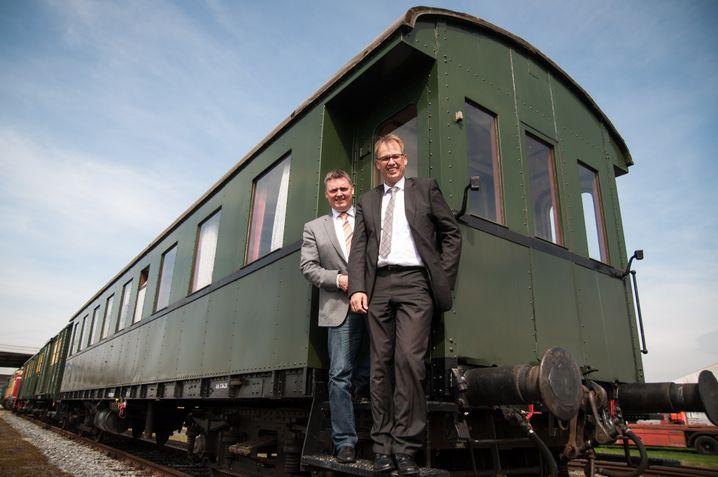 Thomas Berling (l.), Bürgermeister der Stadt Nordhorn, und Joachim Berends, Vorstand der Bentheimer Eisenbahn, wollen Nordhorn wieder an den Zug bringen