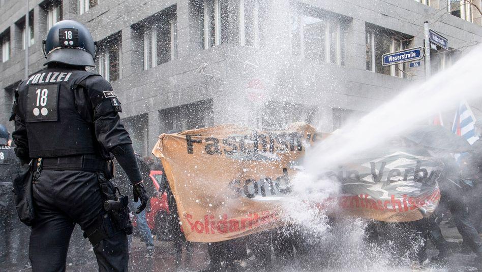 """Polizeieinsatz in Frankfurt am Main gegen Demonstranten, die eine """"Querdenken""""-Demonstration blockieren wollten"""