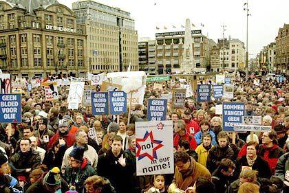 Auf dem Dam-Platz in Amsterdam versammelten sich Tausende Menschen