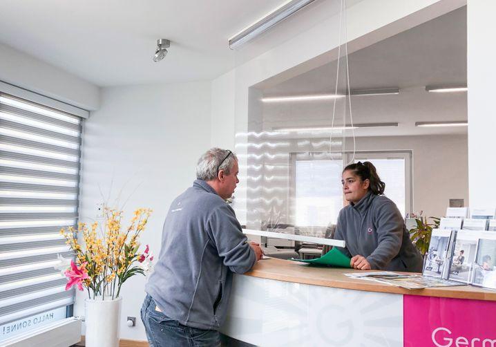 Hygieneschutz-Rollo: Eine ganze Abteilung im Unternehmen vor Kurzarbeit bewahrt