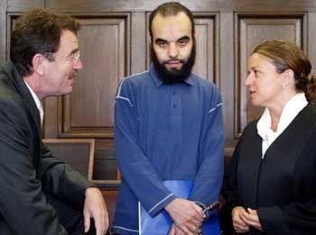 Mzoudi mit seinen Anwälten: Nach Abflug aus Hamburg keine Kontrolle mehr