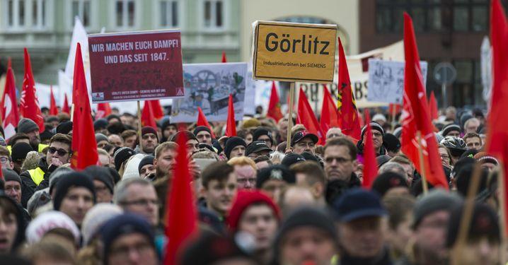 IG-Metall-Demonstration in Görlitz (im Januar): Viele rote Fahnen - und eine blassgrüne