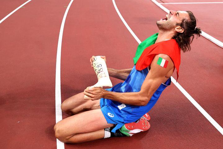 Tamberi feierte seinen Sieg mit dem Gips, den er nach einer Verletzung 2016 tragen musste. Sie hatte ihn kurz vor Olympia um seine Chancen gebracht