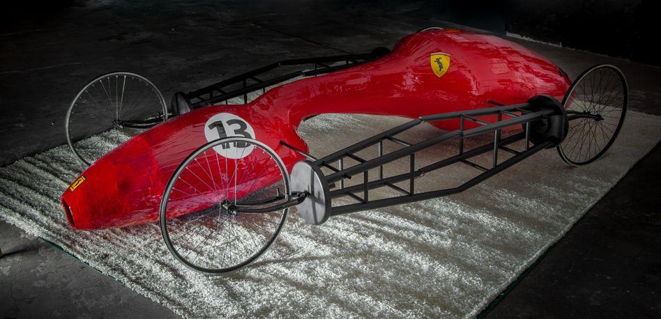 Das Fahrradi Model MD ähnelt einem klassischen Rennwagen, fahren lässt es sich jedoch nicht – die Räder drehen sich nur im Stand. Es ist das jüngste Werk des österreichischen Künstlers Hannes Langeder