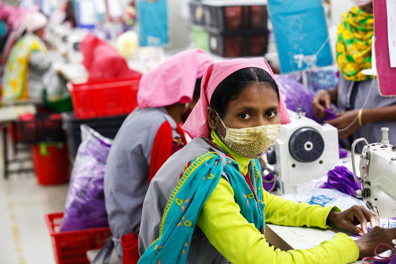 EINMALIGE VERWENDUNG Textil-Fabrik / Bangladesch / Textil-Arbeiterinen