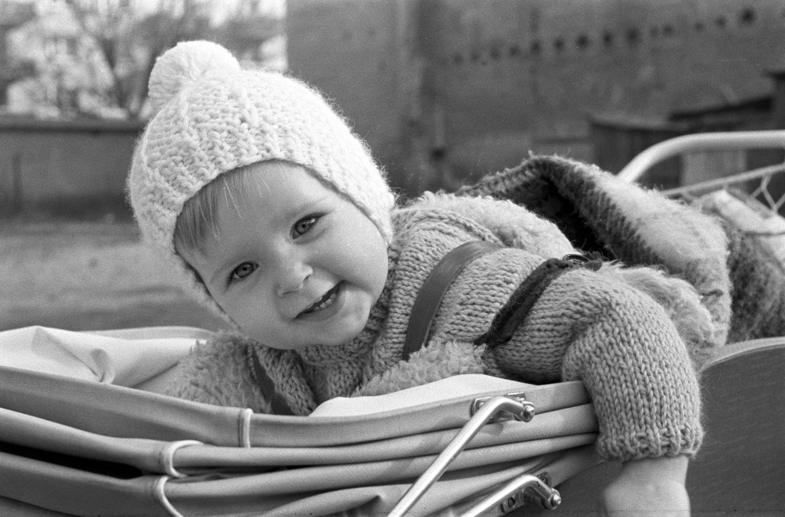 DDR - Kleinkind mit Strickmütze