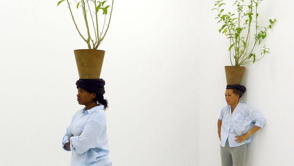 Pflanzen-Performance von Otobong Nkanga: Entwurzelung und Reparatur