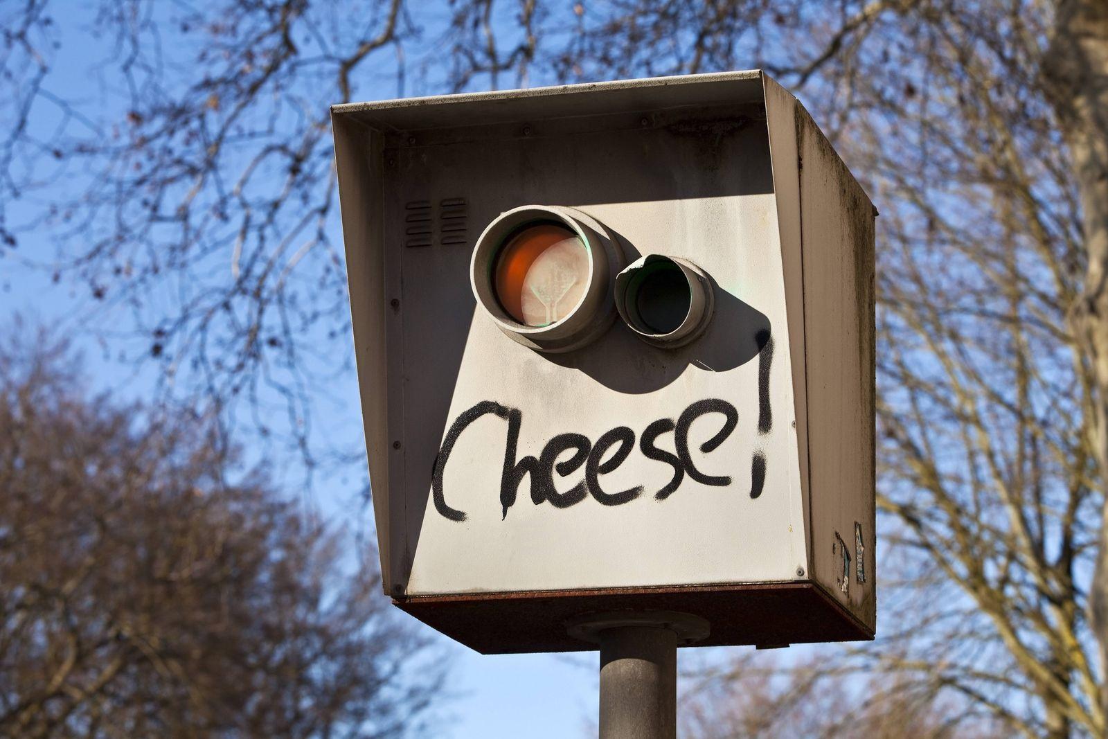 Blitzer mit der Aufschrift cheese, stationaere Radarfalle, Geschwindigkeitskontrolle, Deutschland, Nordrhein-Westfalen,