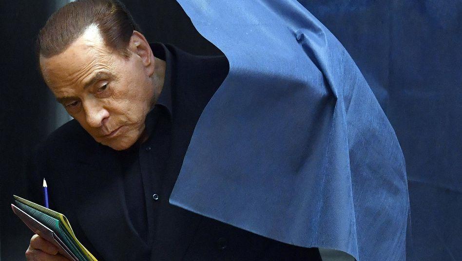 Silvio Berlusconi bei der Stimmabgabe