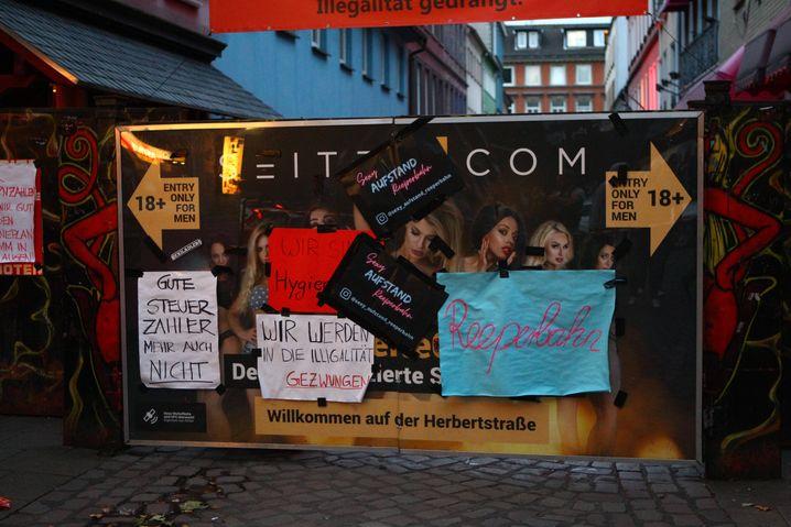 Plakate vor dem Eingang der Hamburger Herbertstraße: Mehr als 200 Prostituierte arbeiten in der Gasse nahe der Reeperbahn