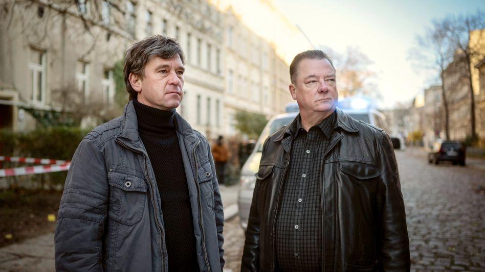 Kommissar Michael Lehmann (Peter Schneider, l.) und Kommissar Henry Koitzsch (Peter Kurth): An der Saale blutigem Strande