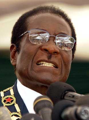 Lässt weiße Farmer enteignen: Präsident Robert Mugabe. Er regiert seit 1980