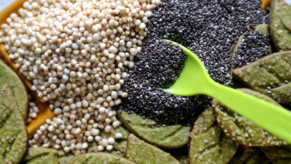 Chia-Samen, Quinoa Pops und Plätzchen mit Matcha-Teepulver