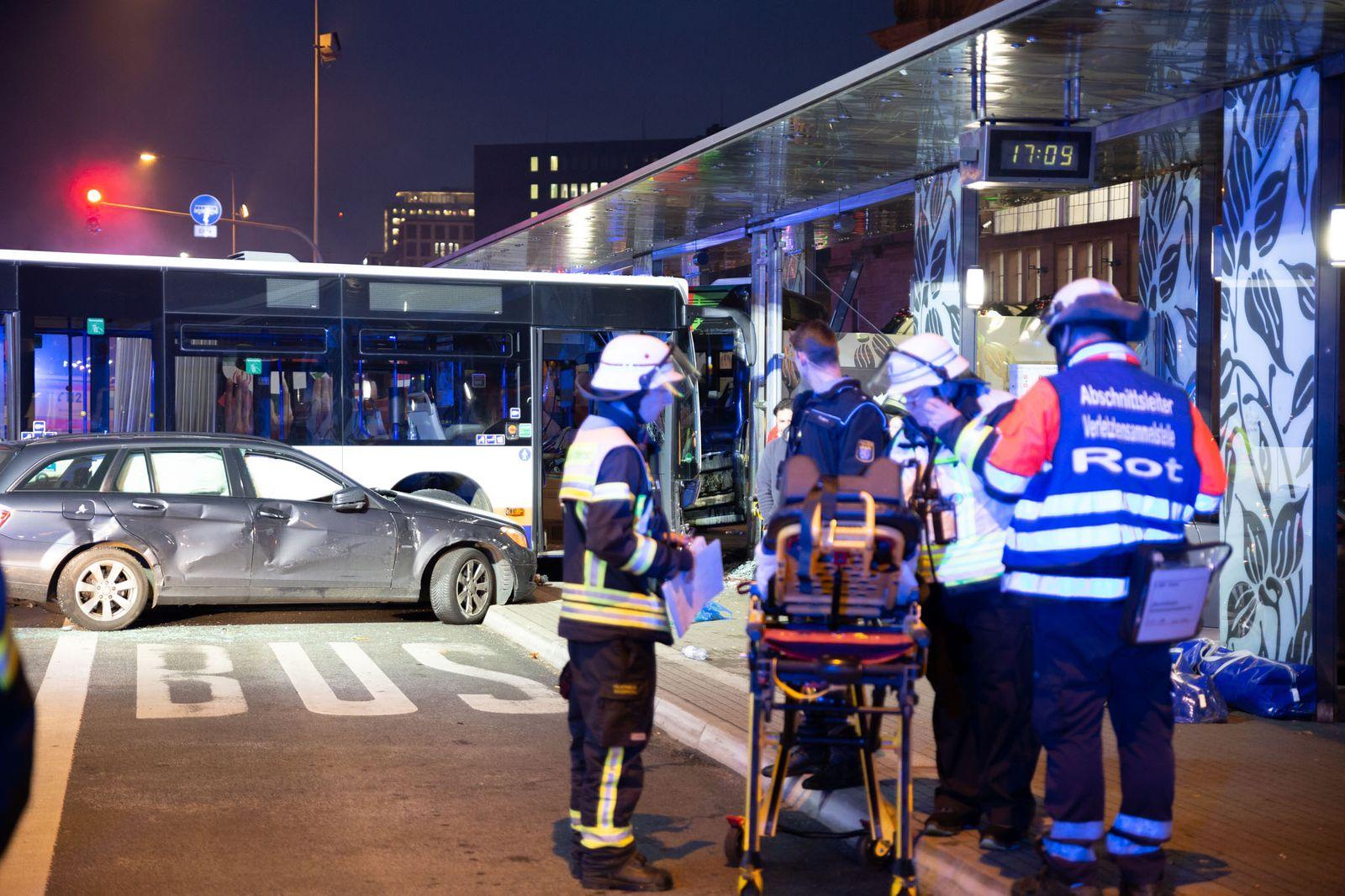16 Verletzte bei Unfall in Wiesbaden mit Bussen und Autos