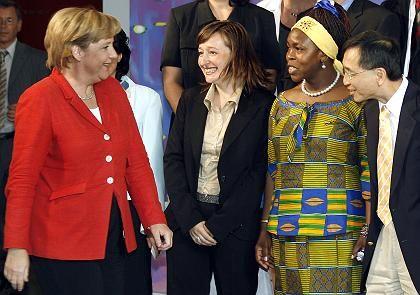 """Bundeskanzlerin Angela Merkel mit Teilnehmern des Integrationsgipfels: """"Eine offene Tür"""""""
