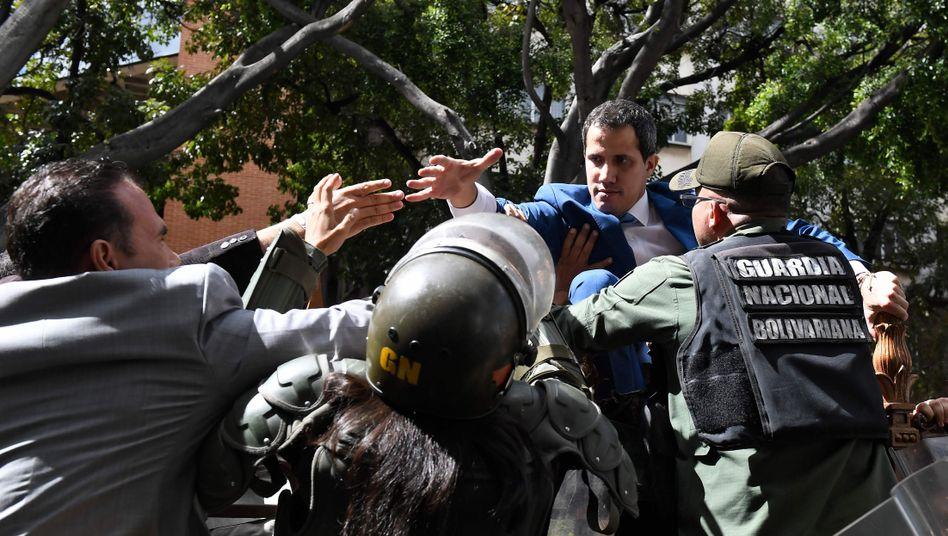 Sicherheitskräfte versperren Guaidó Zugang zur Nationalversammlung: Kein Einlass für den Parlamentspräsidenten