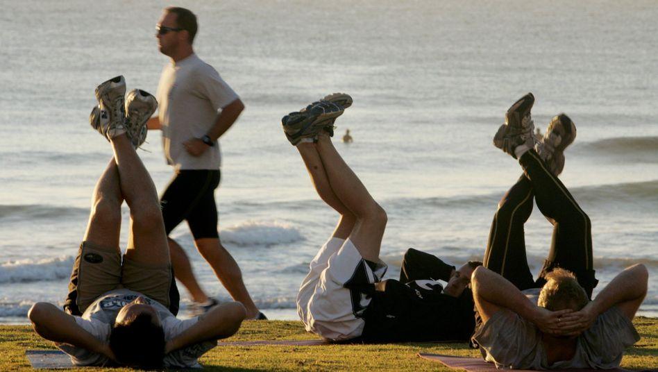 Übungen im Liegen: Am Strand macht das wahrscheinlich sogar Spaß