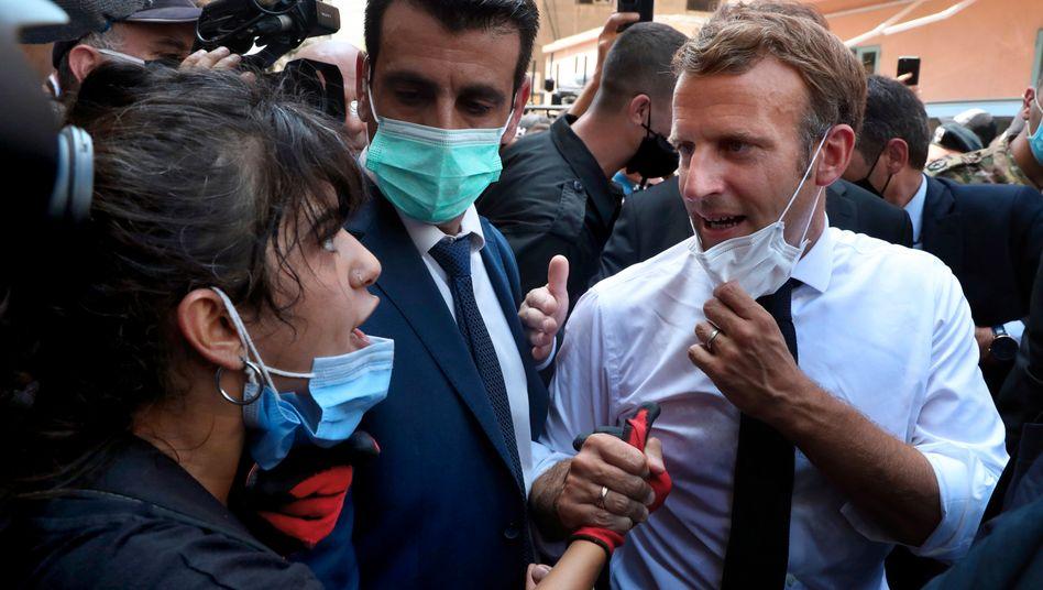 Emmanuel Macron spricht mit einer Frau während seines Besuchs in der libanesischen Hauptstadt Beirut