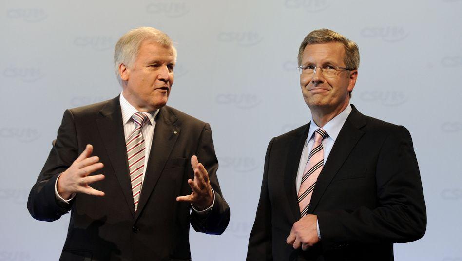 Seehofer und Wulff (Archivbild): CSU-Chef stellt sich hinter den Bundespräsidenten