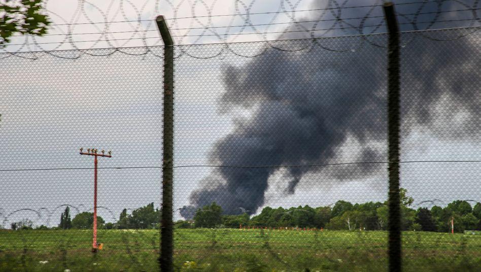 Feuerwehr im Großeinsatz: Rauchwolken ziehen am Flughafen Berlin-Tegel vorbei
