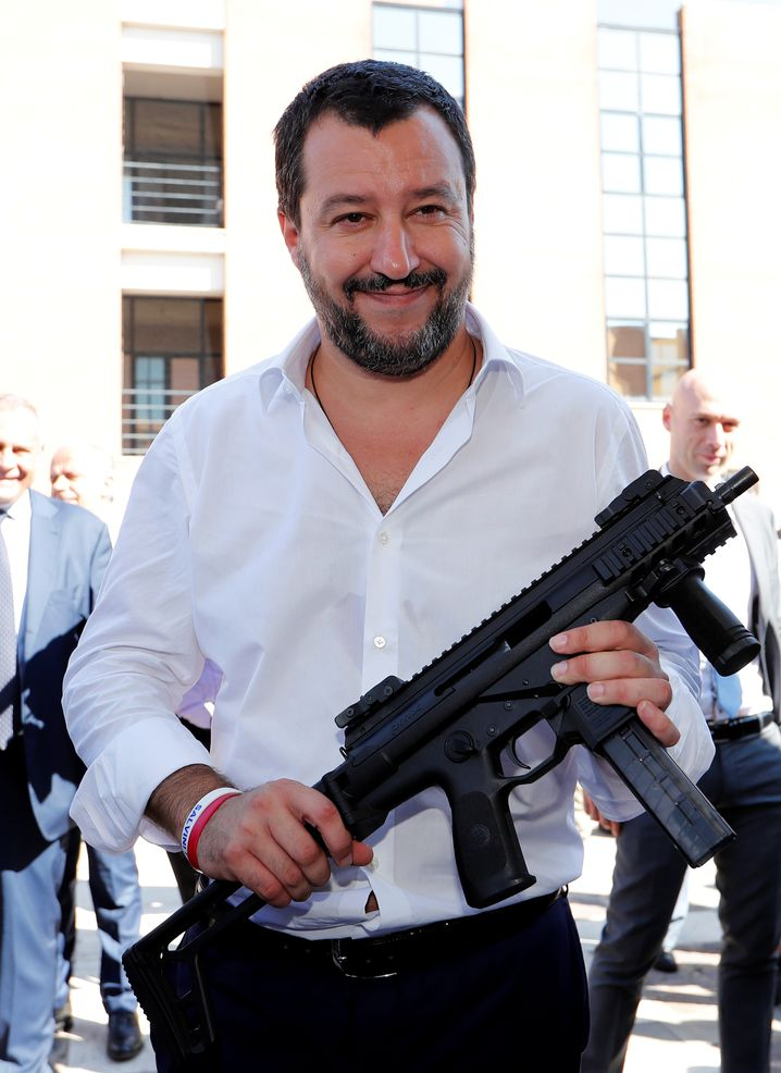 Salvini posiert mit Maschinengewehr im Oktober 2018