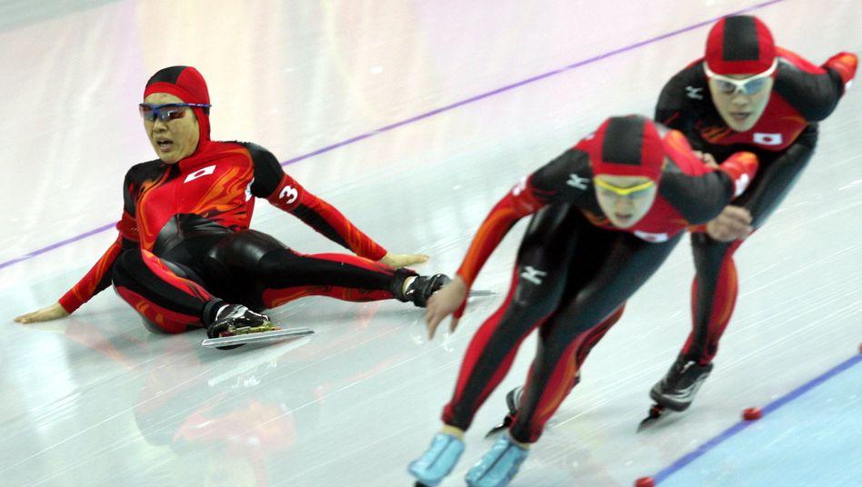 Auf solche Action-Szenen beim Eisschnelllauf wird man erst einmal verzichten müssen