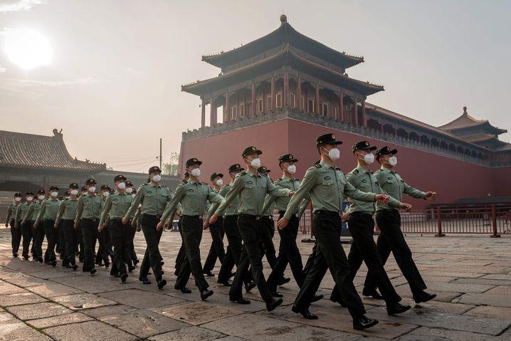 """Chinesische Soldaten in Beijing: """"Schlicht unmöglich, dass China schon wieder gewachsen ist"""""""