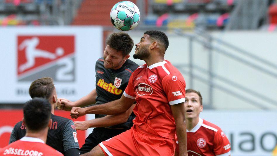 Regensburgs Andreas Albers im Zweikampf mit Düsseldorfs Jamil Siebert (von links)