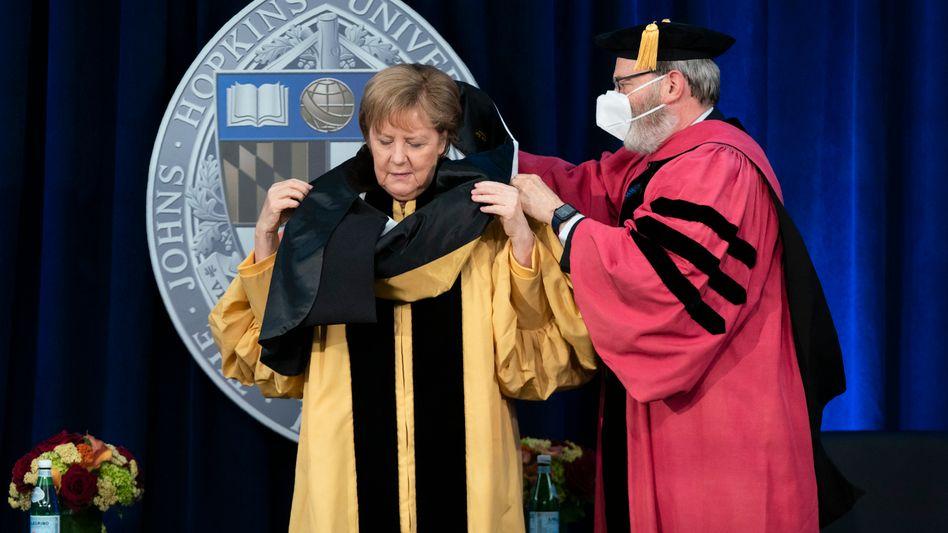 Kanzlerin Merkel bei der Verleihung der Ehrendoktorwürde mit Ronald Daniels, Präsident der Johns-Hopkins-Universität