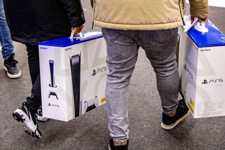 Käufer der Playstation 5: Die Konsole kostet offiziell je nach Ausstattung 400 bis 500 Euro