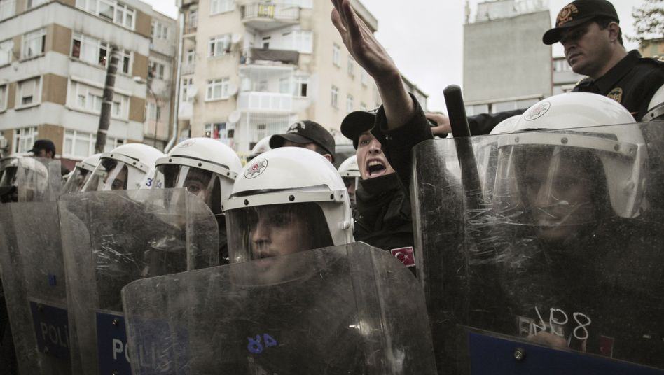 Polizisten beim Einsatz gegen Demonstranten in Istanbul: Bericht verschoben