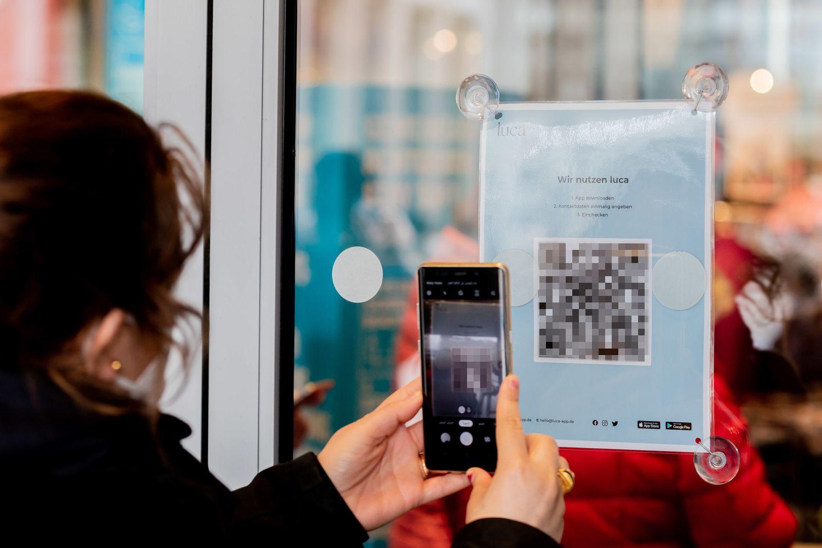 Coronavirus - Berlin - Shopping mit Luca-App Verpixelt