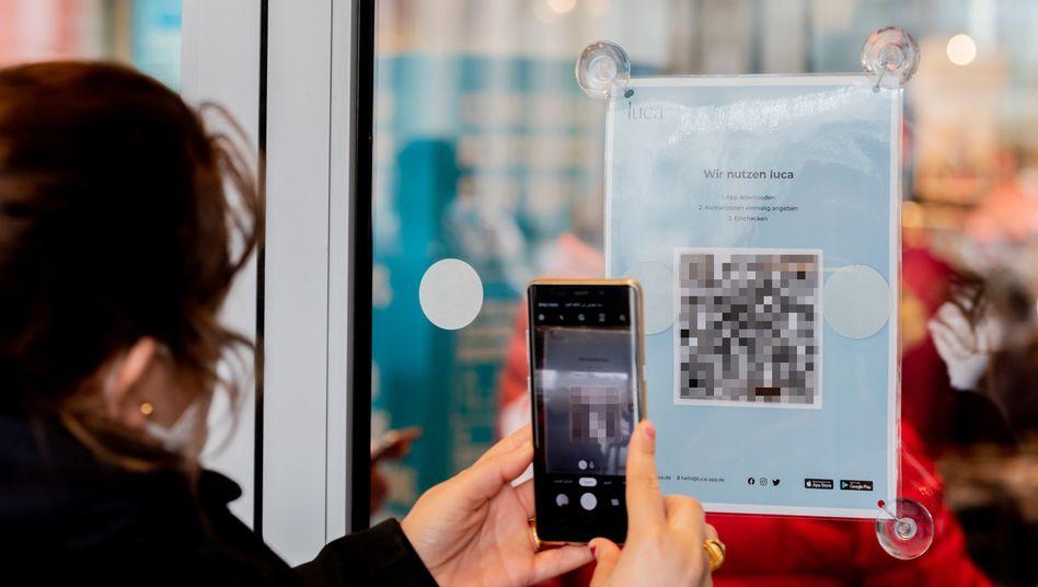 Luca-Nutzerin in Berlin: Die App setzt auf Scans von QR-Codes