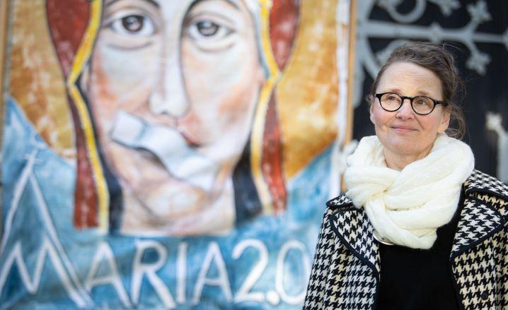 Die Künstlerin Lisa Kötter vor einem ihrer Bilder für Maria 2.0 in Münster