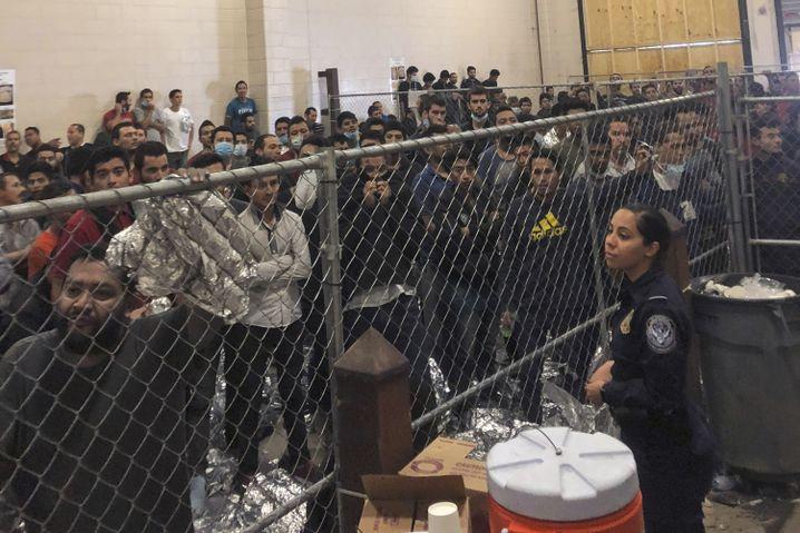 Migranten im Käfigbereich der McAllen-Grenzstation